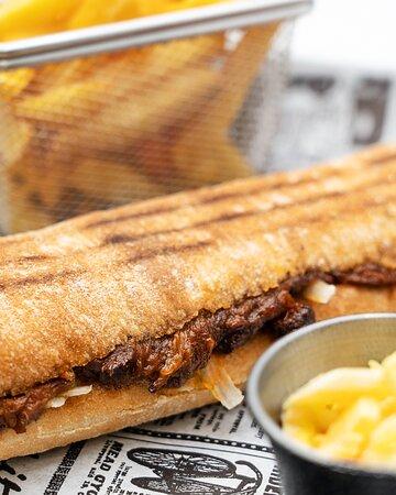 PULLED PORK: Pan Rústico Crunch, Barbacoa's Pulled Pork, ensalada Iceland y crispy de cebolla.