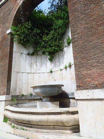 La fontana realizzata in uno degli archi di sostegno del giardino pensile del Pio Istituto Rivaldi (al momento non funzionante)
