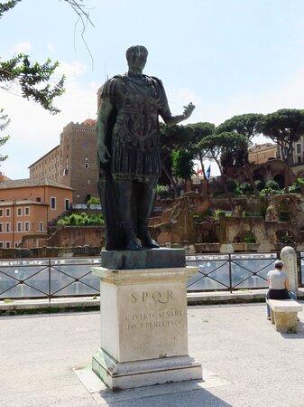 Statua in bronzo di Giulio Cesare degli anni '30 (riproduzione dall'originale marmoreo nella Sala del consiglio del Comune di Roma); è posta su via dei Fori Imperiali, in corrispondenza dei resti del suo Foro