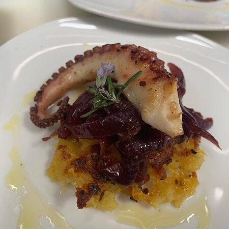 Porto d'Ascoli, Italy: Tentacolo su cipolla caramellata e patate duchessa.