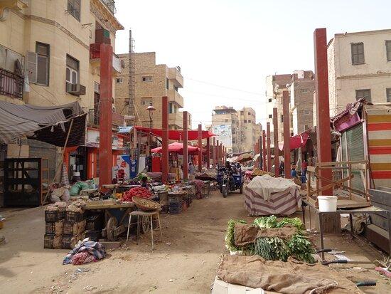 Końcowy fragment głównej bazarowej ulicy ,  która przechodzi w stary bazar . Całość ulicy od strony dworca kolejowego  jest w trakcie remontu . Przy samym dworcu ta  ulica zmieniła się już nie do poznania