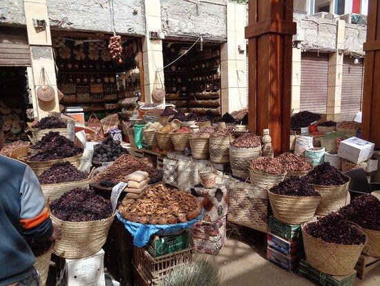 Bardzo wiele sklepów i sklepików z daktylami , herbatą carcade z hibiscusa i różnymi przyprawami .