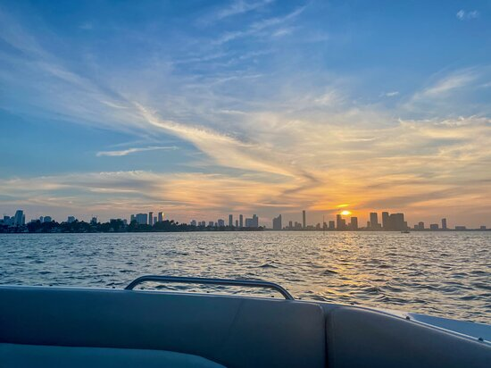 Excursão de speedboat por Miami: View of Miami across Biscayne Bay taken from boat at sunset