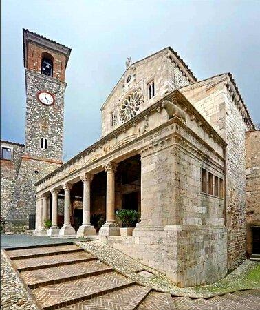Romanica domina l'antica piazza