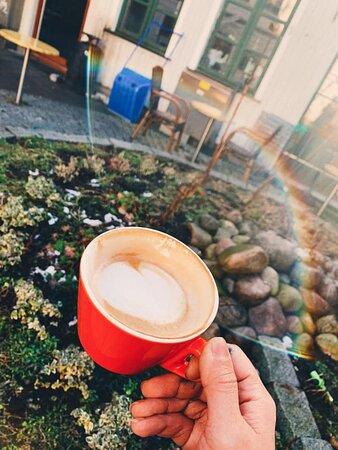 🌈 Stormen er over, sola skinner og det er rett og slett bare deilig! 🌸 Når til og med kaffen begynner å stråle godhet er det bare å starte helgen med et stort smil! 🍀🌞 Savner dere der ute! Foto: Tina Hem