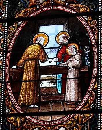 Vue d'un vitrail de cette église