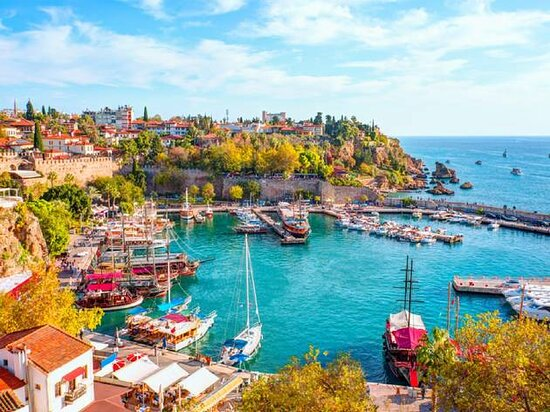 Turquia: Turkey, country that occupies a unique geographic position, lying partly in Asia and partly in Europe. Throughout its history it has acted as both a barrier and a bridge between the two continents.