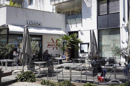 Unsere gemütliche Gartenterrasse im Restaurant Juan's Bistro. Besuchen Sie unsere Website um mehr über uns zu erfahren. https://www.juans-bistro.ch/