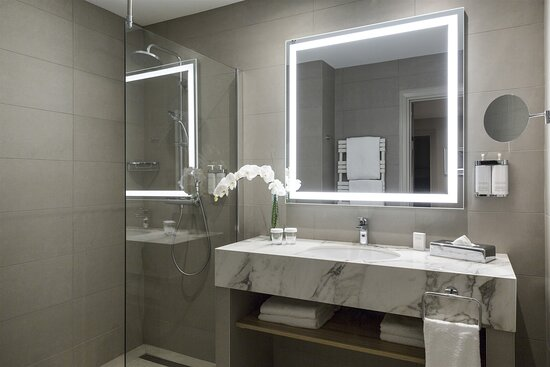 Salle de bains avec baignoire - Suite Privilège - Picture of Warwick Reine Astrid - Lyon - Tripadvisor