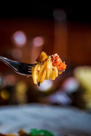 Reserva su mesa y prueba nuestra 𝐀𝐦𝐚𝐭𝐫𝐢𝐜𝐢𝐚𝐧𝐚 𝐂𝐥á𝐬𝐢𝐜𝐚, en su receta original, con Guanciale y Pecorino Romano Doc.  Visítanos en: Calle 18 # 105-75 / Ciudad Jardín (Antes de Bancolombia sentido sur-norte) Perini Restaurant Cali, Ciudad Jardín