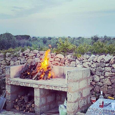 Il grande camino barbecue a disposizione degli ospiti