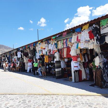 Mitla Oaxaca es el lugar ideal para adquirir prendas de manta, buen precio y hechas a mano. Cada que tengo la oportunidad de ir, me sigo maravillando con la creatividad de los artesanos 😍 también pueden encontrar trajes típicos que están entre 6 mil y 10 mil pesos. Gran variedad de recuerditos, zapatos artesanales y puestos de comida.