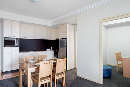 Mantra-On-Mary-Brisbane-1-Bedroom-Riverview-Apartment-Dining