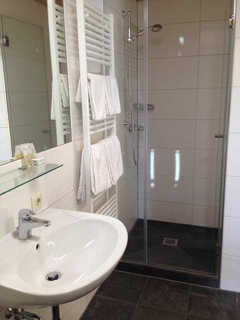 Badezimmer mit Dusche/WC, Haarfön -bathroom with shower/WC, hairdryer