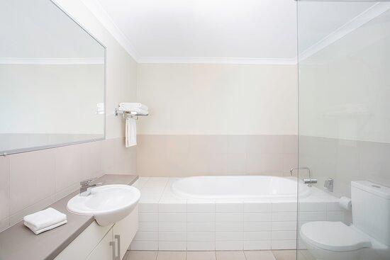Mantra-Geraldton-Geraldton-Harbour-View-Superior-2-Bedroom-Apartment-Bathroom