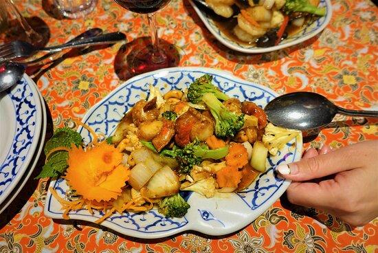 Otahuhu, New Zealand: Гребешки с жареными овощами и орехами кешью