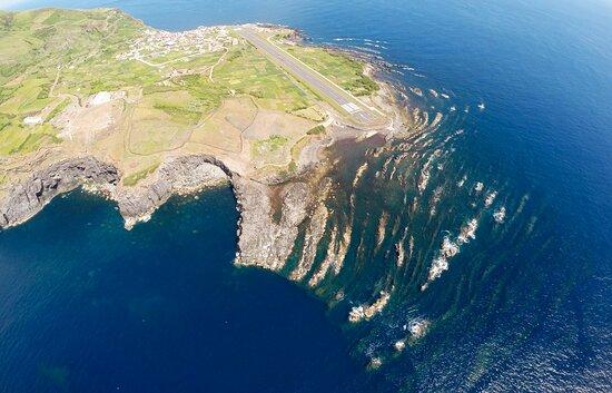 Vista geral da Fajã lávica onde reside a única localidade da Ilha do Corvo.