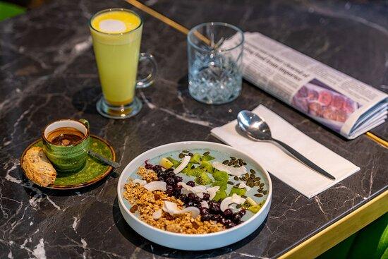 Brunch menu- blue spirylina smoothie bowl and golden turmeric latte