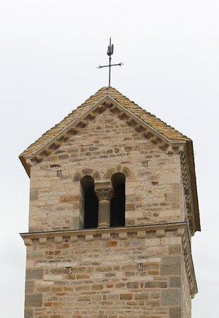 Le clocher de cette église est typiquement roman.