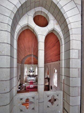 C'est une église ouverte et accueillante, simple mais qui ne manque pas de charme, l'éclairage est apporté par de beaux vitraux du 19émé siècle. Agréable détour lorsque l'on passe à proximité, c'est un bel endroit pour un peu de spiritualité.