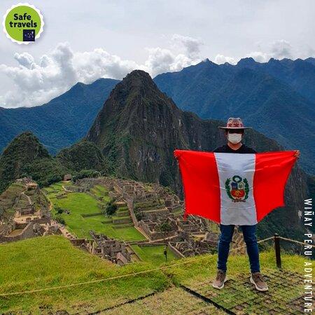 𝑵𝑼𝑬𝑺𝑻𝑹𝑨 𝑩𝑨𝑵𝑫𝑬𝑹𝑨 𝑷𝑬𝑹𝑼𝑨𝑵𝑨 𝑬𝑵 𝑴𝑨𝑪𝑯𝑼𝑷𝑰𝑪𝑪𝑯𝑼. . . . Grandioso nuestro Hermoso Perú nuestra bandera en lo alto de Machu Picchu gracias totales a nuestro pasajero por su elogio a nuestro País.