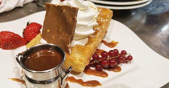 Dessert composé 🍮 Gaufre, chocolat maison, chantilly, fraise et groseilles 🧇🍫🍓