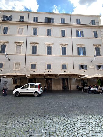 """Palazzo Leoni was built in the XVIIth century and it belonged to several different families (Cucurni, Leoni, Cesarini and Pizzirani). Between 1788 and 1794 it housed 'Conservatorio delle Pericolanti', an institution aimed at helping young women who were """"about to fall in sin""""."""