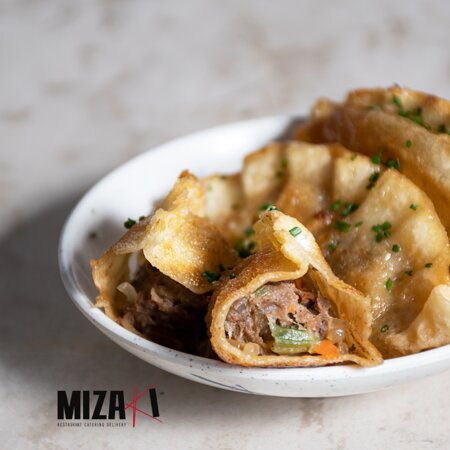 ¿Ya conoces nuestras Gyozas? 🥟  Riquísimos ravioles estilo japonés, rellenos de verduras y carne de res, acompañados de una salsa especial de soya. ¡Sabores deliciosos, solo en Mizaki!