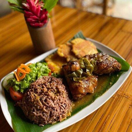 Exquisita gastronomía, deliciosas bebidas, servicio excelente, solamente en Edén Beach Restaurante Bar. Visitenos en Punta Uva Limón