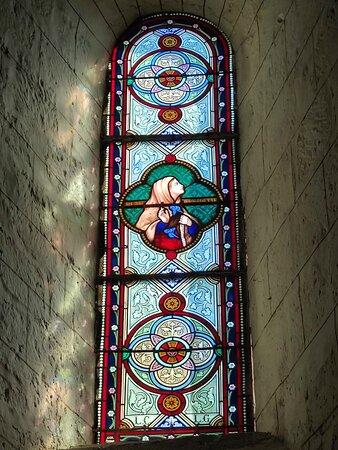 Construite aux 12ème siècle (abside et chœur) et 13ème siècle (Nef), cette église nous arrive en bel état aujourd'hui.  Des statues remarquables du 17ème siècle, en pierre polychrome sont à voir : Saint-Roch et la Vierge à l'Enfant. Quelques autres curiosités et des vitraux de belle facture sont également à découvrir. Une église médiévale ouverte et accueillante, simple mais dont la visite m'a bien plu.