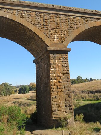 Malmsbury, Úc: Contemporary reporting suggests that around 3,750 m3 bluestone was quarried locally for construction of the viaduct.