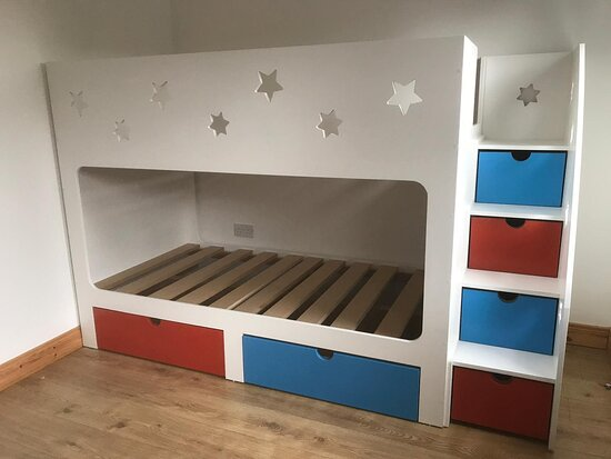 Vereinigtes Königreich: First of all, you have to make sure that the children bunk beds with slide are durable enough. Sliding furniture is not something that should be taken lightly because if it is made of plastic and you kid happens to put his or her arms up in the air while sliding, this may cause severe injuries to your children.   https://in.pinterest.com/pin/1064468061895293283