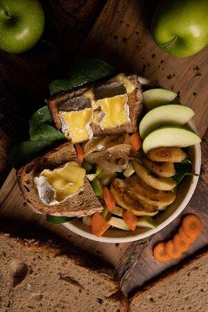 La salade Camembert rôti !   Jak Healthy, 24 rue de Rivoli, 75004 Paris, en plein coeur du Marais, Saint Paul - Restaurant fast food de burgers, jus frais, milkshakes, frites au four, pancakes, salades, légumes grillés, toasts, et bien d'autres produits qui n'attendent que vous!