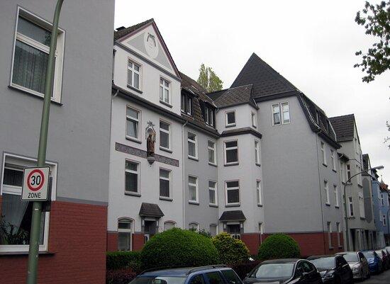 Denkmal: Heiliger Eligius am Wohnhaus in Duisburg Laar.