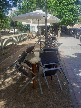 Terraza al aire libre bajo los arboles , con espacio para 100 comensales, con medidas de seguradad reales . Con parque infantil para los peque
