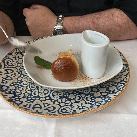 Comida muy buena en el centro de Madrid,, calidad precio bien . Pedimos solomillo de ternera en hojaldre con trufa y fua,,, risoto de setas,,zapatilla de berenjena,,, y los postres deliciosos,,, volveré sin duda ,,,,