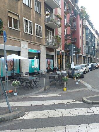Tavolini davanti alle strisce pedonali