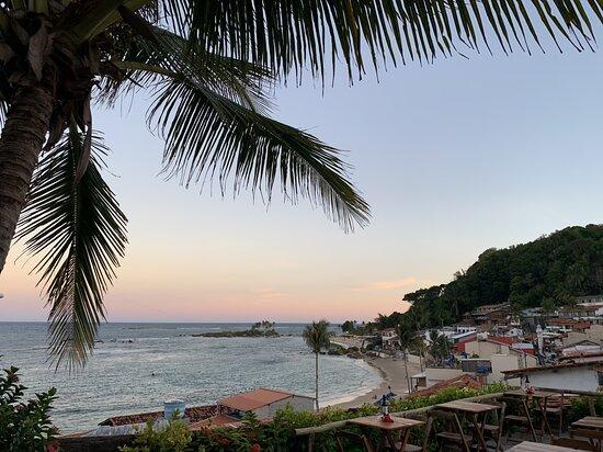 Estamos localizado no centrinho de Morro de São Paulo, ao lado da Polícia Militar, Rua Caminho da Praia, porém, estamos em uma localização incrível, podendo ter essa vista incrível das principais praias, ao entardecer, esse lindo crepúsculo que a natureza nos presenteia. Sem falar em noite de lua 🌕 🤩