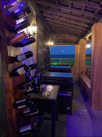 Noite de Lua Cheia 🌕, qualidade em vinhos, incrível seleção musical 🎶, ambiente que reúne tudo em um só lugar... Olha a Lua lá no finalzinho..., temos um deck que é possível ter uma visão incrível 🤩