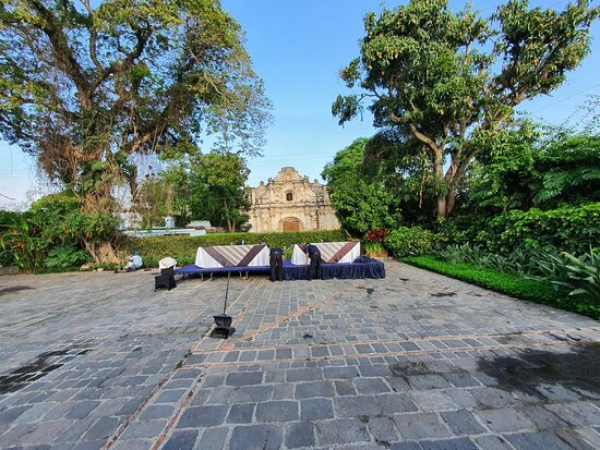 Frente a la Ruina San José el Viejo.
