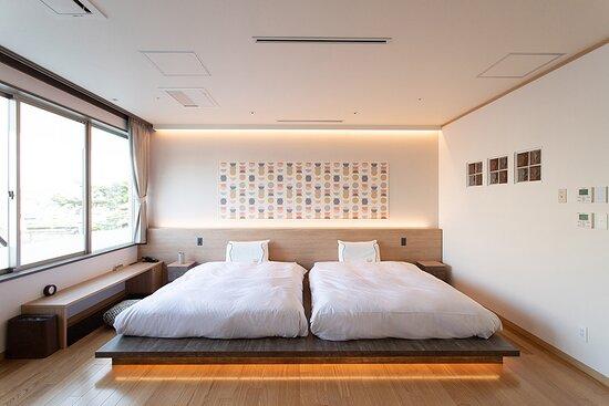 松江しんじ湖温泉を源泉とする温泉内風呂付の客室です。41㎡の室内は和モダンな内装と柔らかな色合いで開放的な空間になっています。