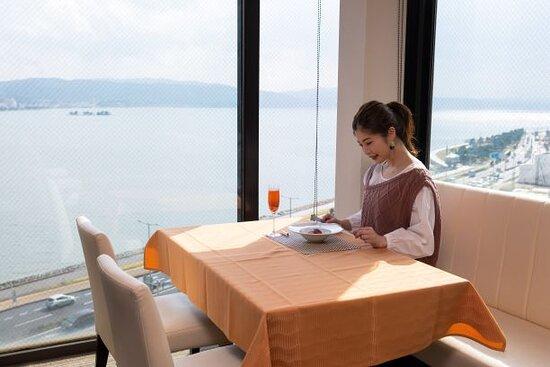 しんじ湖一望レストラン【スカイビューキャンドル】この景色を眺めながら朝食・昼食・ティータイム・ディナーがお楽しみいただけます