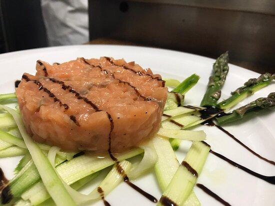 Tartare di salmone con tagliata di asparago verde e glassa