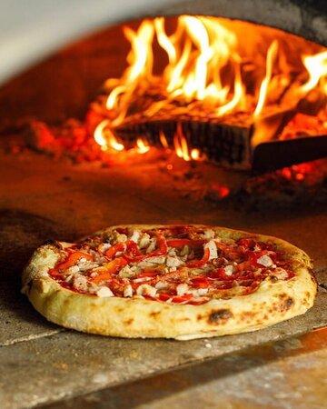 Пицца из дровяной печи всегда заслуживает отдельного внимания 🍕 ⠀ Поделитесь с нами названием вашей любимой пиццы 🤗