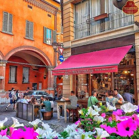 dehor esterno de la prosciutteria bologna, prenota un tavolo!