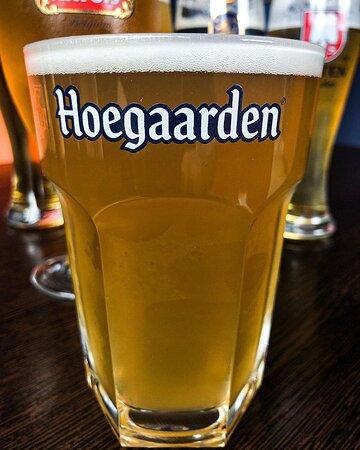 Hoegaarden (Бельгия 🇧🇪 ) - специальное светлое нефильтрванное пиво, изготовлено по уникальной рецептуре с добавлением кориандра и цедры апельсина, что придаёт пиву, оригинальный, мягкий, освежающий вкус.