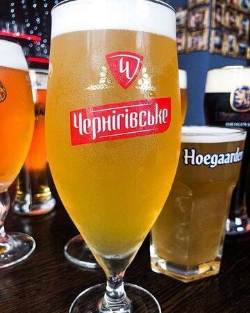 Черниговское Белое Нефильтрованное - это украинское пиво, которое обладает невероятным вкусом и приятным ароматом кориандра, за который так ценится настоящее пшеничное пиво. Отсутствие процесса фильтрации позволяет надолго сохранить его естественный вкус.