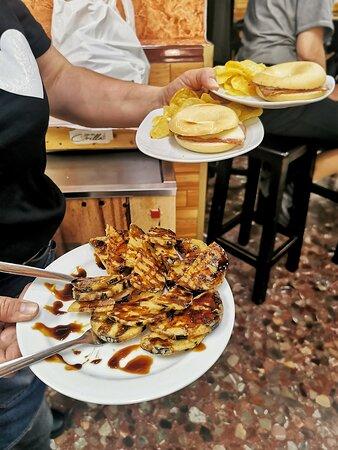 Tapas  y raciones elaboradas a diario con productos frescos locales . En la foto, tapa de rosca y media ración de berenjenas con miel de caña