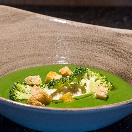 Velouté de brocolis, Crème de parmesan citron de Menton.