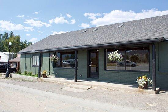 Granby, CO: The Headwater's Hostel front door.